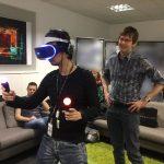 « Visite chez l'équipe VR de Londres. Désolé pour les parties floues sur la photos qui masquent leur prochaine expérience VR. » - Mark Cerny