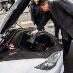 « Tesla Taxi. Les bagages peuvent être rangés à l'avant ou à l'arrière de la voiture. » - Hideo Kojima