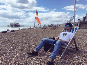 Hideo Kojima sur la plage de Brighton - juillet 2016