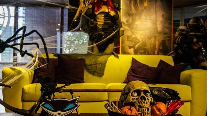 « La dernière fois que j'ai rendu visite à Sucker Punch c'était il y a neuf mois. Aujourd'hui, le studio s'est mis aux couleurs d'Halloween. Je suis, sur la photo, avec Brian [Fleming]. » - Hideo Kojima, le 18 octobre 2016