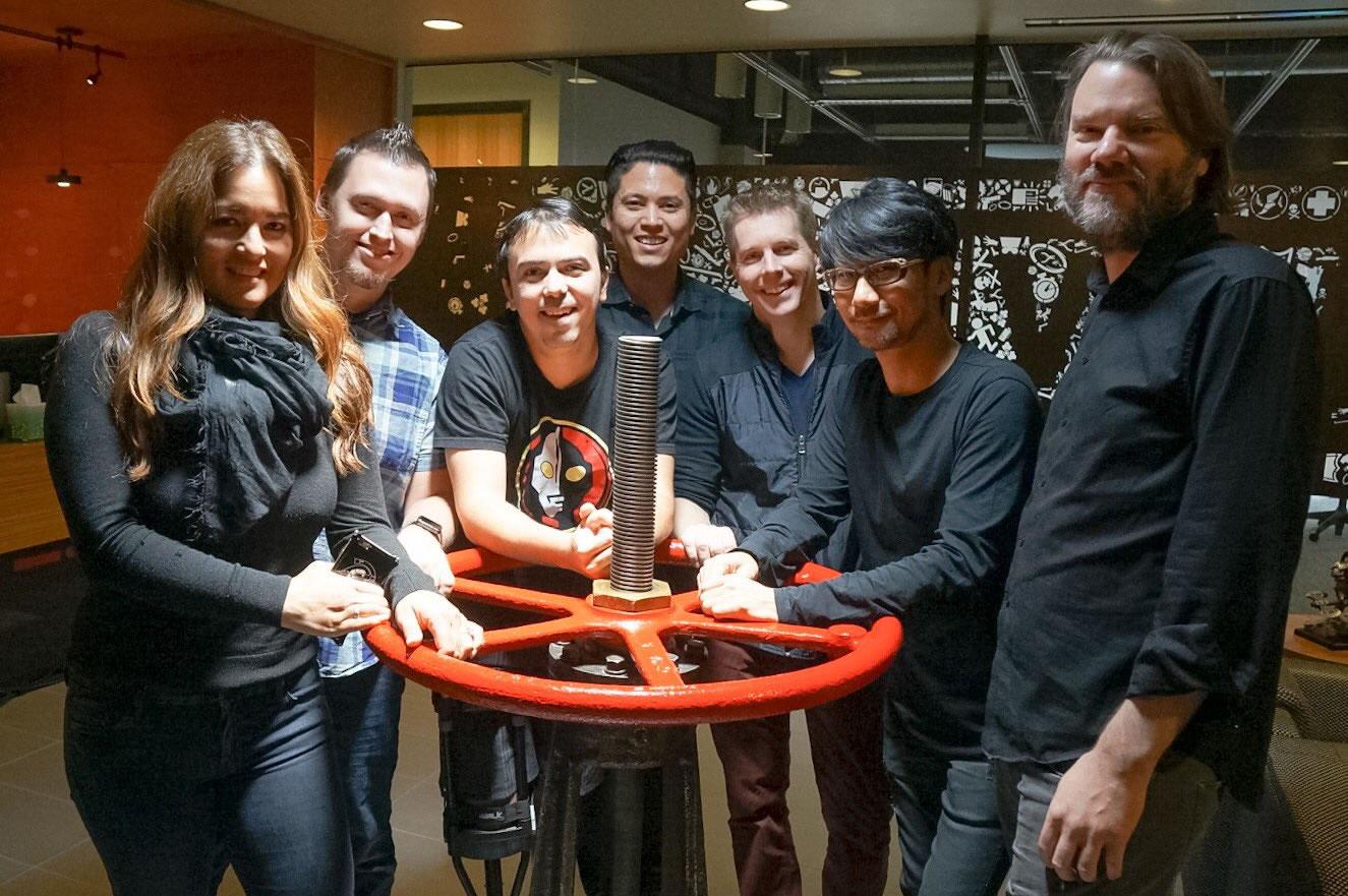 « En tant que membre du conseil consultatif du studio de Réalité Virtuelle «Prologue Immersive» de Kyle Cooper, je me suis rendu chez Valve en compagnie de Kimberly Cooper. » – Hideo Kojima, le 18 octobre 2016