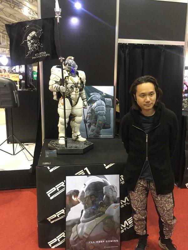 Yoji Shinkawa et la statuette de Ludens par Prime 1 Studio (Comic-con de Tokyo, le 2 décembre 2016)