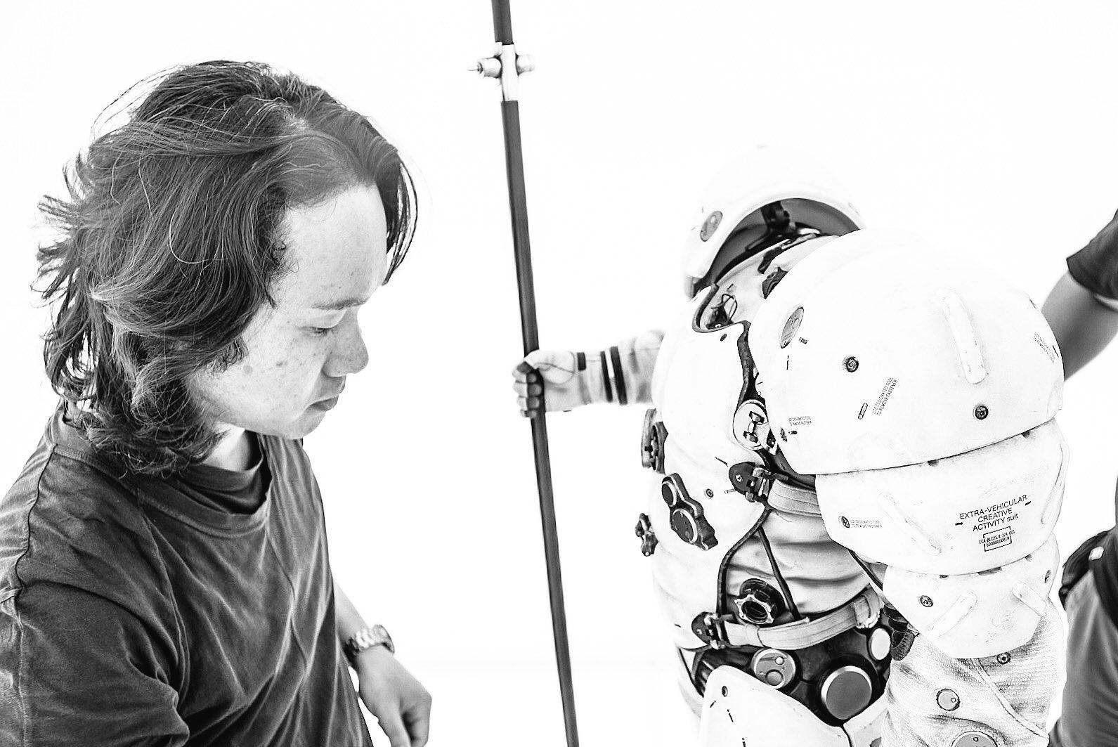 Yoji Shinkawa et la statuette de Ludens chez Kojima Productions, le 20 décembre 2016