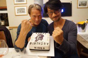 Mads Mikkelsen et Hideo Kojima fêtant l'anniversaire de ce dernier - août 2016