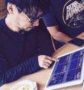 Hideo Kojima jouant à Framed 2, le 25 octobre 2016