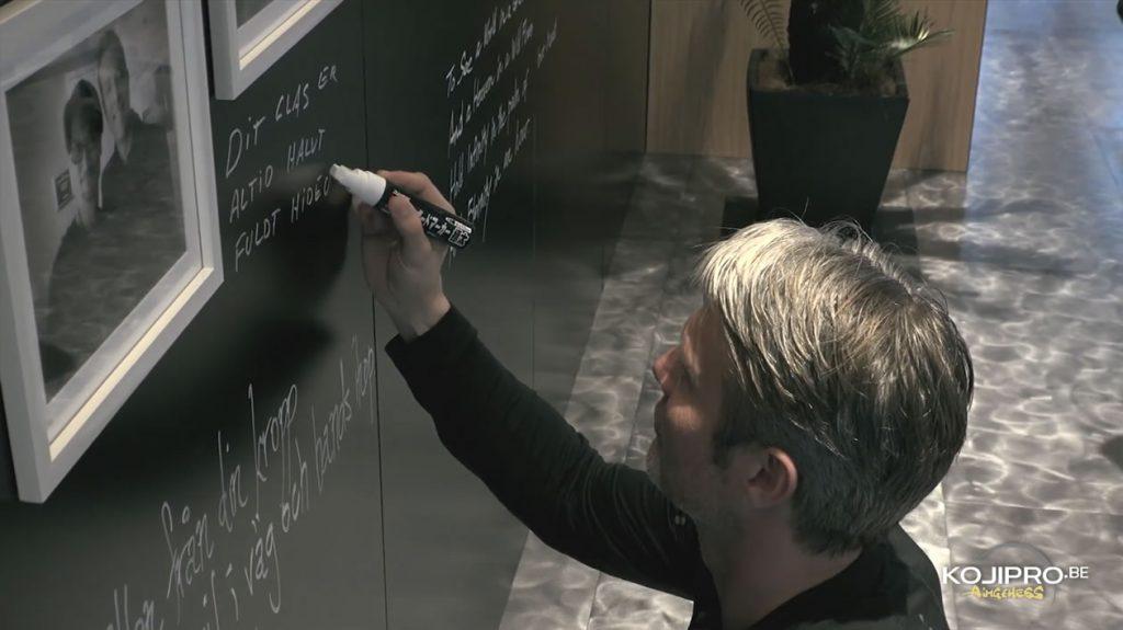 Mads Mikkelsen signant le mur de Kojima Productions - Janvier 2017