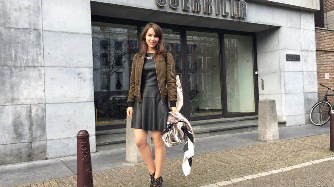 Stefanie Joosten devant le studio de Guerrilla Games, le 30 mars 2016