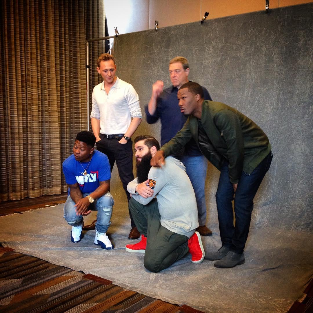 Jordan Vogt-Roberts et son écusson FOX HOUND aux côtés de Jason Mitchell, Tom Hiddleston, John Goodman et Corey Hawkins, le 22 juillet 2016