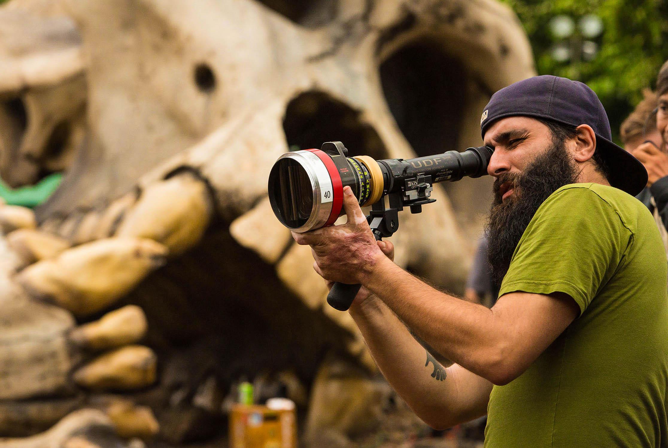Jordan Vogt-Roberts lors du tournage de Kong : Skull Island (2017)