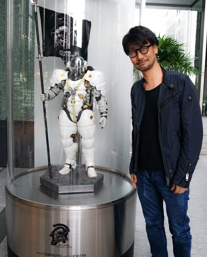 Statuette de Ludens au rez-de-chaussée de Kojima Productions, avec Hideo Kojima, le 26 avril 2017