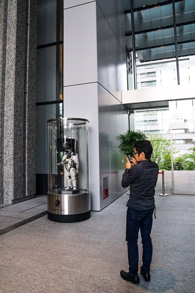 Statuette de Ludens au rez-de-chaussée de Kojima Productions, avec Kanji Yano, le 26 avril 2017