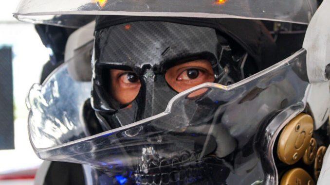 Cosplay de Ludens au PlayStation Gear Store à l'E3 2017, le 12 juin 2017