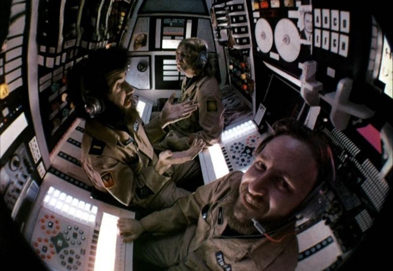 Dan O'Bannon (à l'avant-plan) aux côtés de Brian Narelle et Cal Kuniholm dans Dark Star ( John Carpenter - 1974). Un film qui inspira Hideo Kojima pour l'iDroid dans Metal Gear Solid V