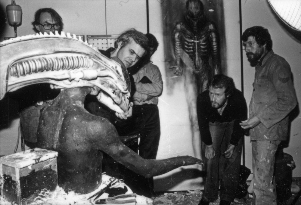 Hans Ruedi Giger (au centre) et Ridley Scott (penché) inspectant le masque de l'Alien (1979)
