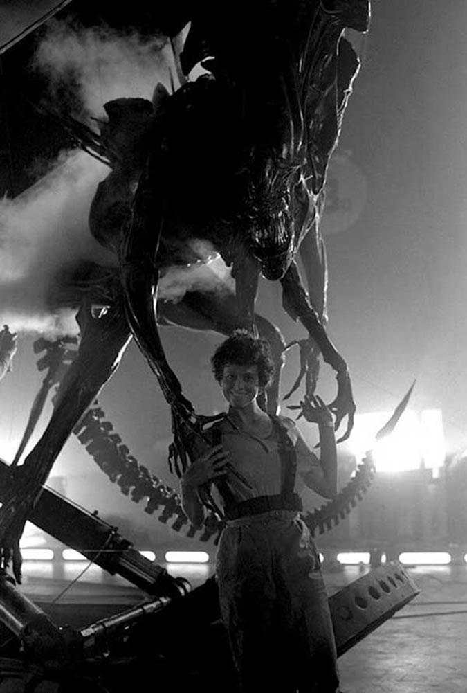 Sigourney Weaver et la Reine Alien lors du tournage de Aliens (James Cameron - 1986)