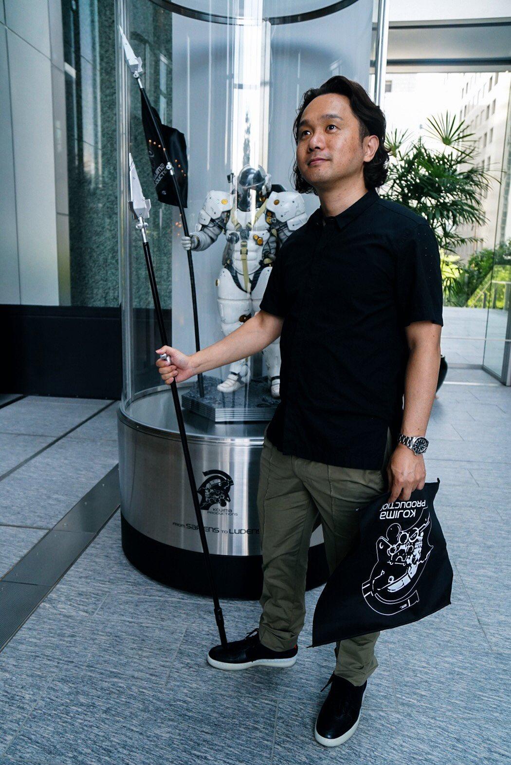 Yoji Shinkawa réparant la statuette de Ludens, le 12 juillet 2017