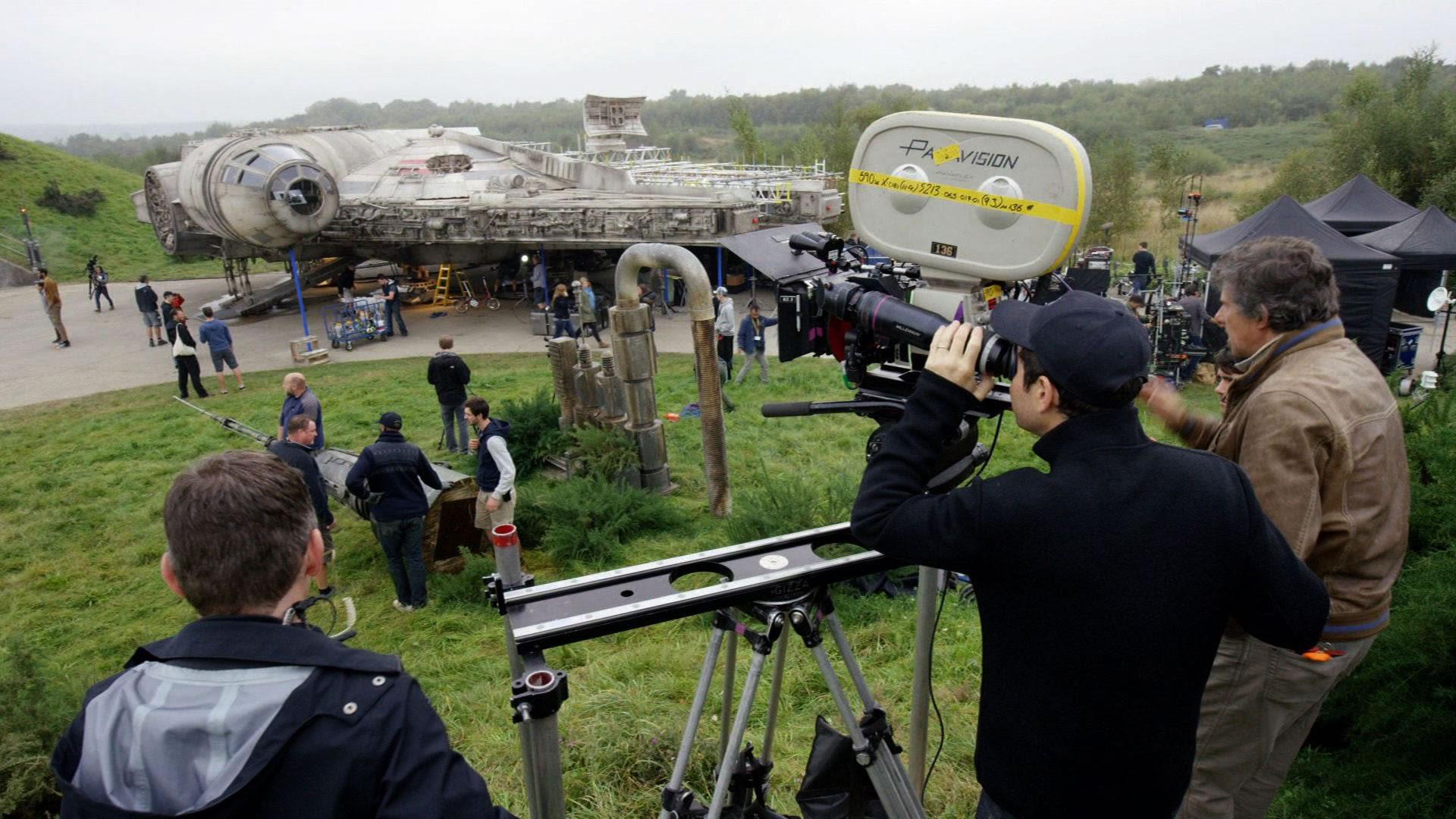 J.J. Abrams et son équipe sur le tournage de Star Wars : Épisode VII – Le Réveil de la Force (2015)
