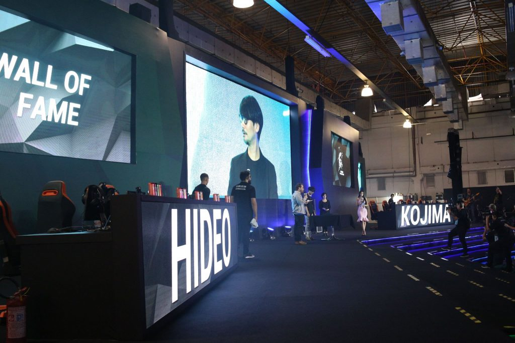 Hideo Kojima inaugure le Wall of Fame du Brasil Game Show, le 13 octobre 2017