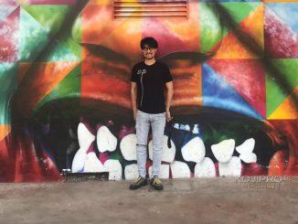 Hideo Kojima pose devant une fresque de l'artiste brésilien Eduardo Kobra à São Paulo, le 13 octobre 2017