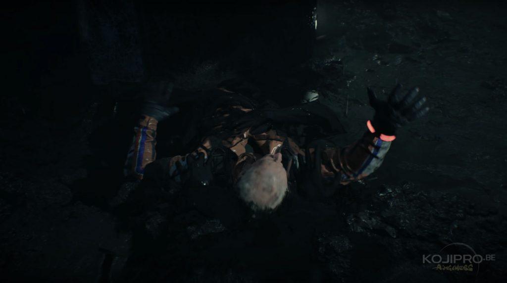 Le blessé lutte pour ne pas se faire engloutir par le liquide noir.