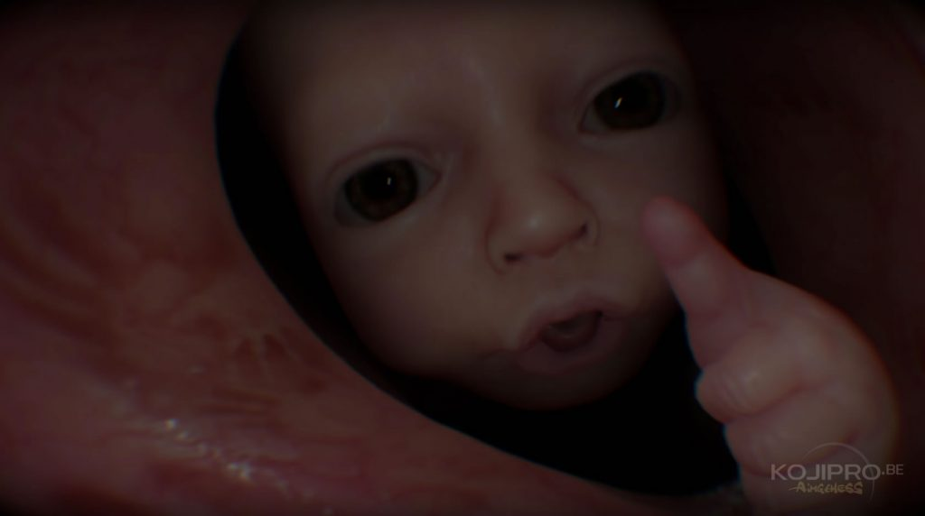 Le bébé lève le pouce.