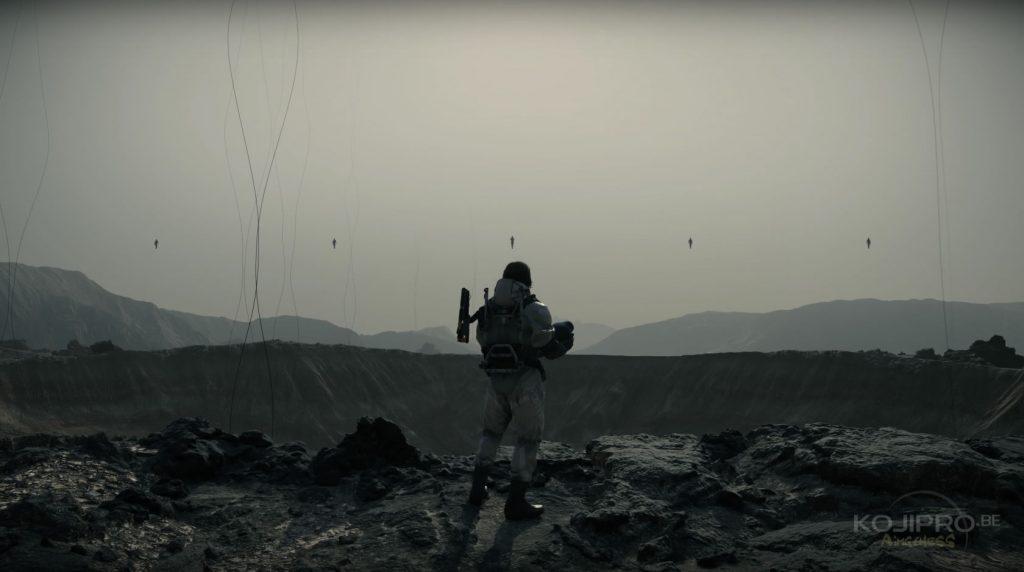Cinq silhouettes immobiles flottent dans le ciel, devant Sam.