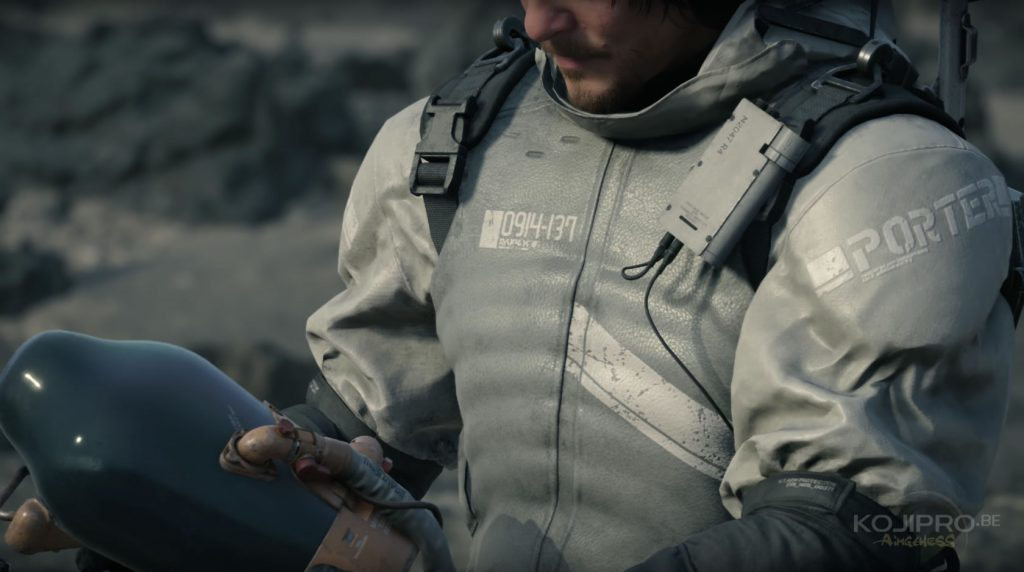 Sur sa poitrine droite, Sam arbore une série de chiffres : « 0914-137 ».