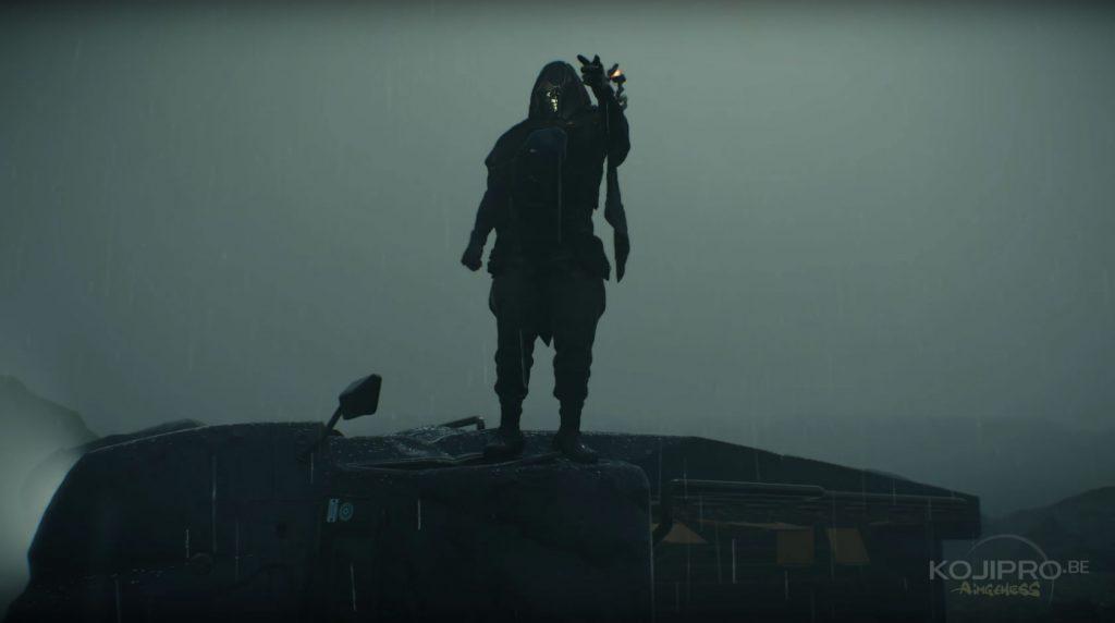 Comme le cadavre, le personnage porte un masque en forme de crâne.