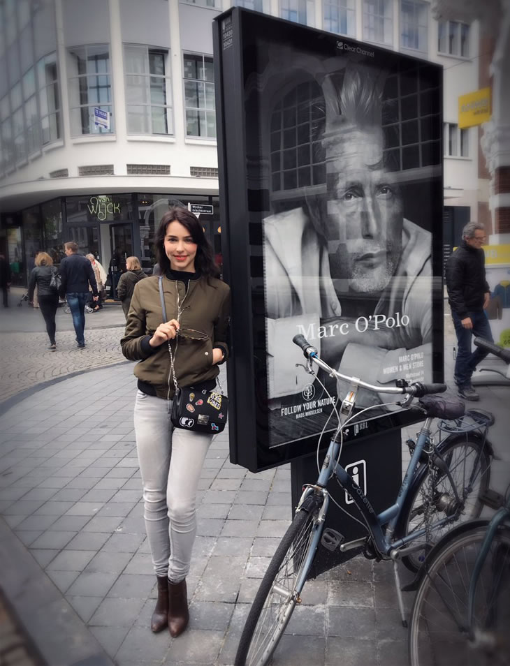 Stefanie Joosten pose devant une affiche publicitaire avec Mads Mikkelsen à Maastricht, le 28 avril 2017