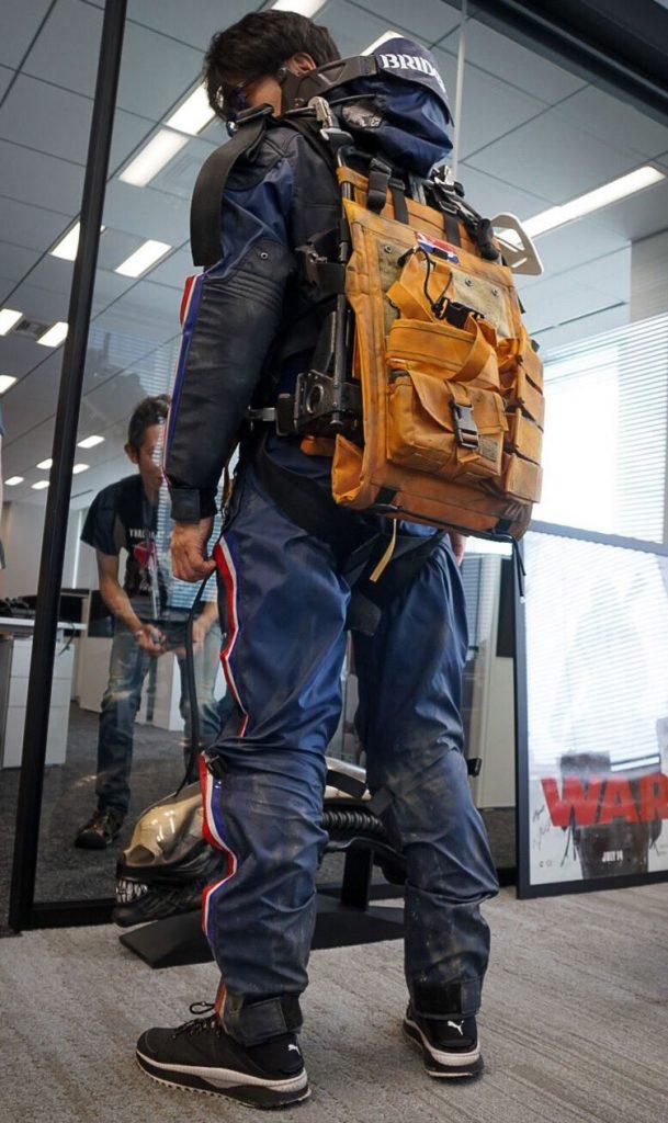 Hideo Kojima essayant l'uniforme de Sam chez Kojima Productions
