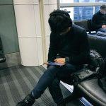 « Hideo Kojima vérifie sa nouvelle émission, HideoTube, avant le départ pour la prochaine destination. » - Ayako Terashima