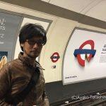 « Hideo Kojima expérimente le métro londonien. » - Ayako Terashima
