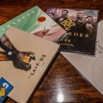 « Avec Mark-san et l'équipe de SCEA music (PD MUSIC). J'ai reçu ces cadeaux. Merci ! » - Hideo Kojima