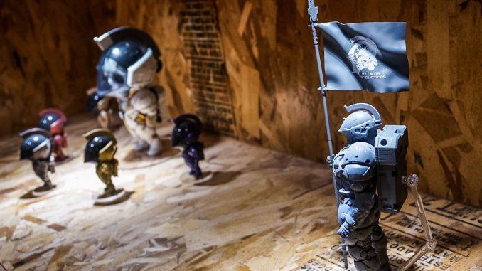 « Les figurines LUDENS de KojiPro sont exposées chez BAIT (920 5ème avenue, San Diego, Californie 92101, États-Unis. Venez y faire un tour ! » - Hideo Kojima (21 juillet 2016)