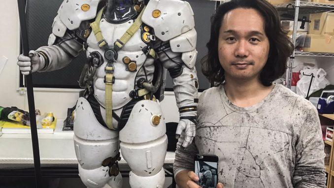 Yoji Shinkawa et la statuette de Ludens par Prime 1 Studio, le 30 novembre 2016