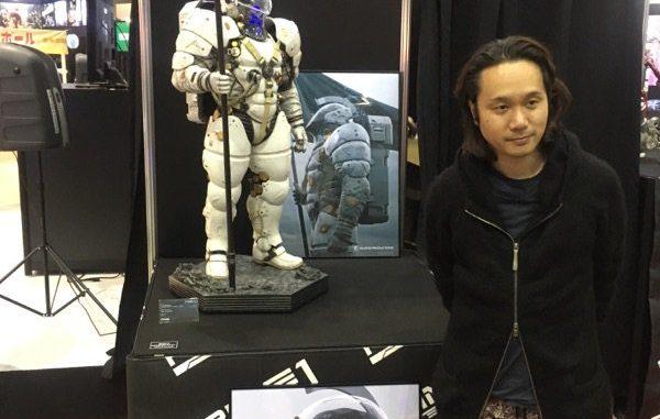Yoji Shinkawa et la statuette de Ludens par Prime 1 Studio à la Comic-con de Tokyo, le 2 décembre 2016