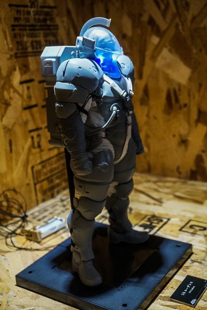 « Cette figurine réalisée par 1000TOYS, à l'échelle 1/6, avec des lumières, est encore un prototype. » - Hideo Kojima (21 juillet 2016)