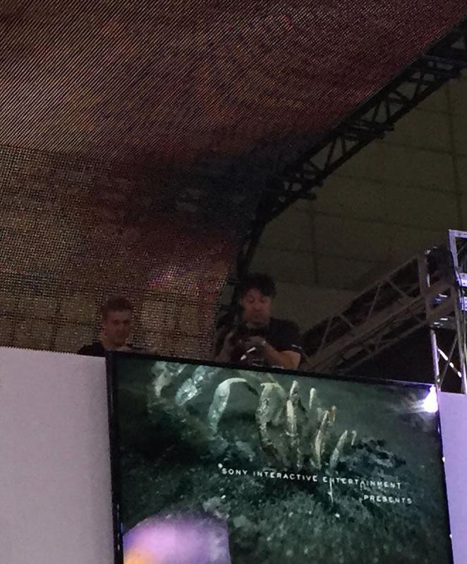 Ludvig Forssell et Ken Imaizumi sur le stand de Sony au TGS, le 18 septembre 2016