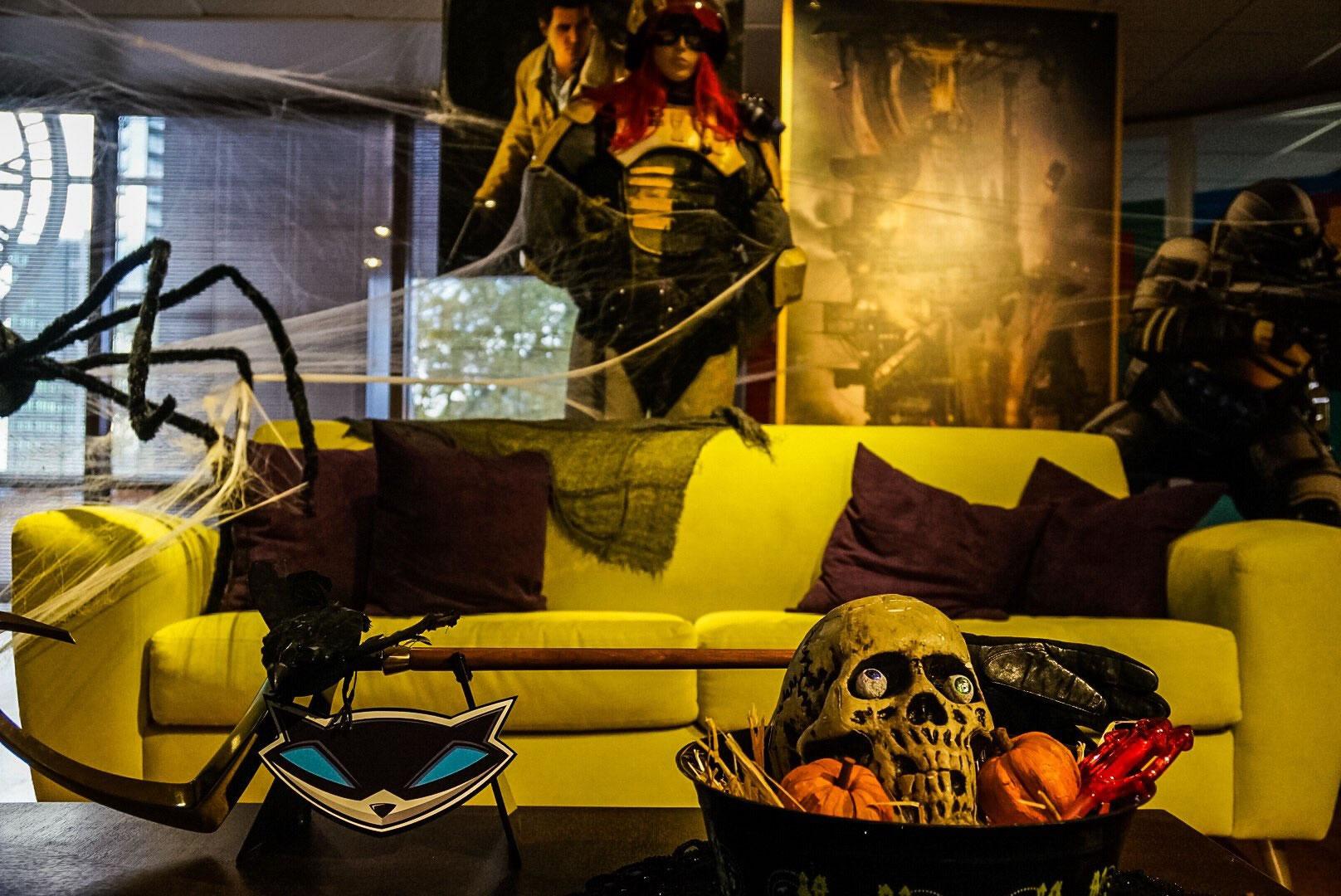 « La dernière fois que j'ai rendu visite à Sucker Punch c'était il y a neuf mois. Aujourd'hui, le studio s'est mis aux couleurs d'Halloween. Je suis, sur la photo, avec Brian [Fleming]. » – Hideo Kojima, le 18 octobre 2016
