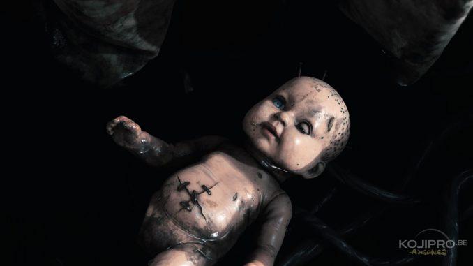 La poupée grimace de la même manière