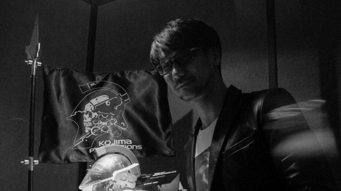 Hideo Kojima et la statuette de Ludens réalisée par Prime 1 Studio (le 7 décembre 2016)