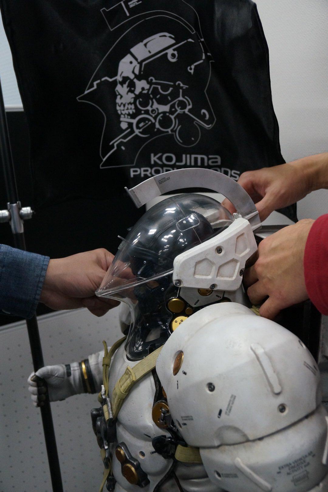 La grande statuette de Ludens atterrit dans les bureaux de Kojima Productions