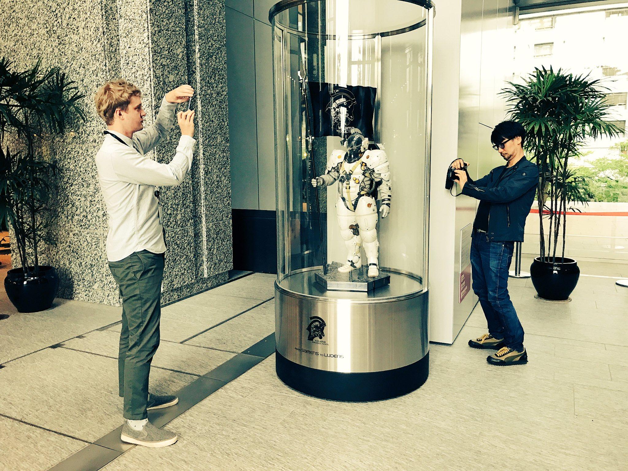 Statuette de Ludens au rez-de-chaussée de Kojima Productions, avec Ludvig Forssell et Hideo Kojima, le 26 avril 2017