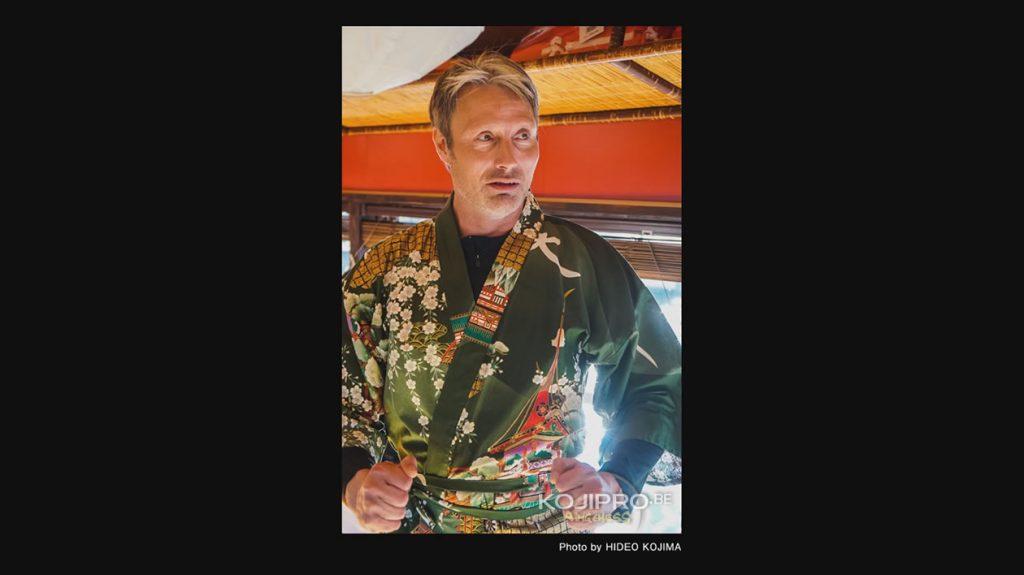 Mads Mikkelsen portant le manteau traditionnel « happi » , le 25 janvier 2017