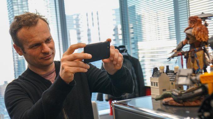 Hermen Hulst dans le bureau de Hideo Kojima, le 29 mars 2017