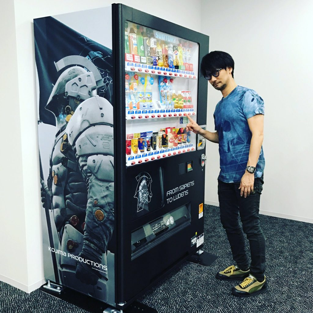 Hideo Kojima et le distributeur de boissons Ludens chez Kojima Productions, le 30 mai 2017