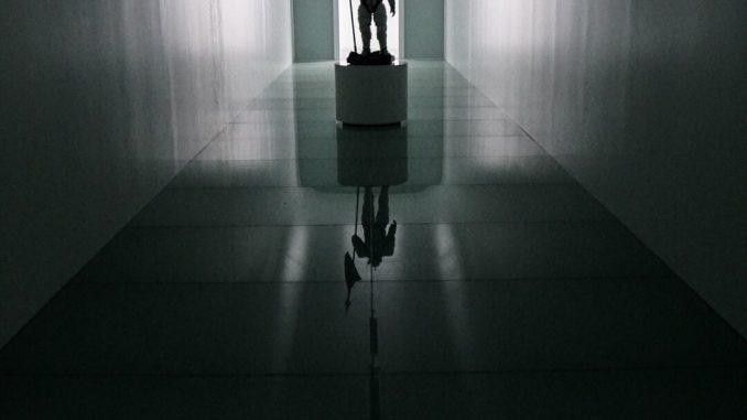 La statuette de Ludens dans le couloir d'entrée de Kojima Productions