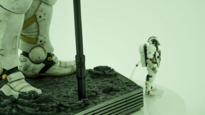 La figurine de Ludens par Figma aux pieds de la statuette de Ludens par Prime 1 Studio, dans le couloir d'entrée de Kojima Productions, le 25 mai 2017