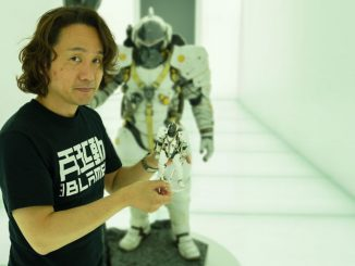 Yoji Shinkawa tenant dans ses mains la figurine Figma de Ludens, le 25 mai 2017