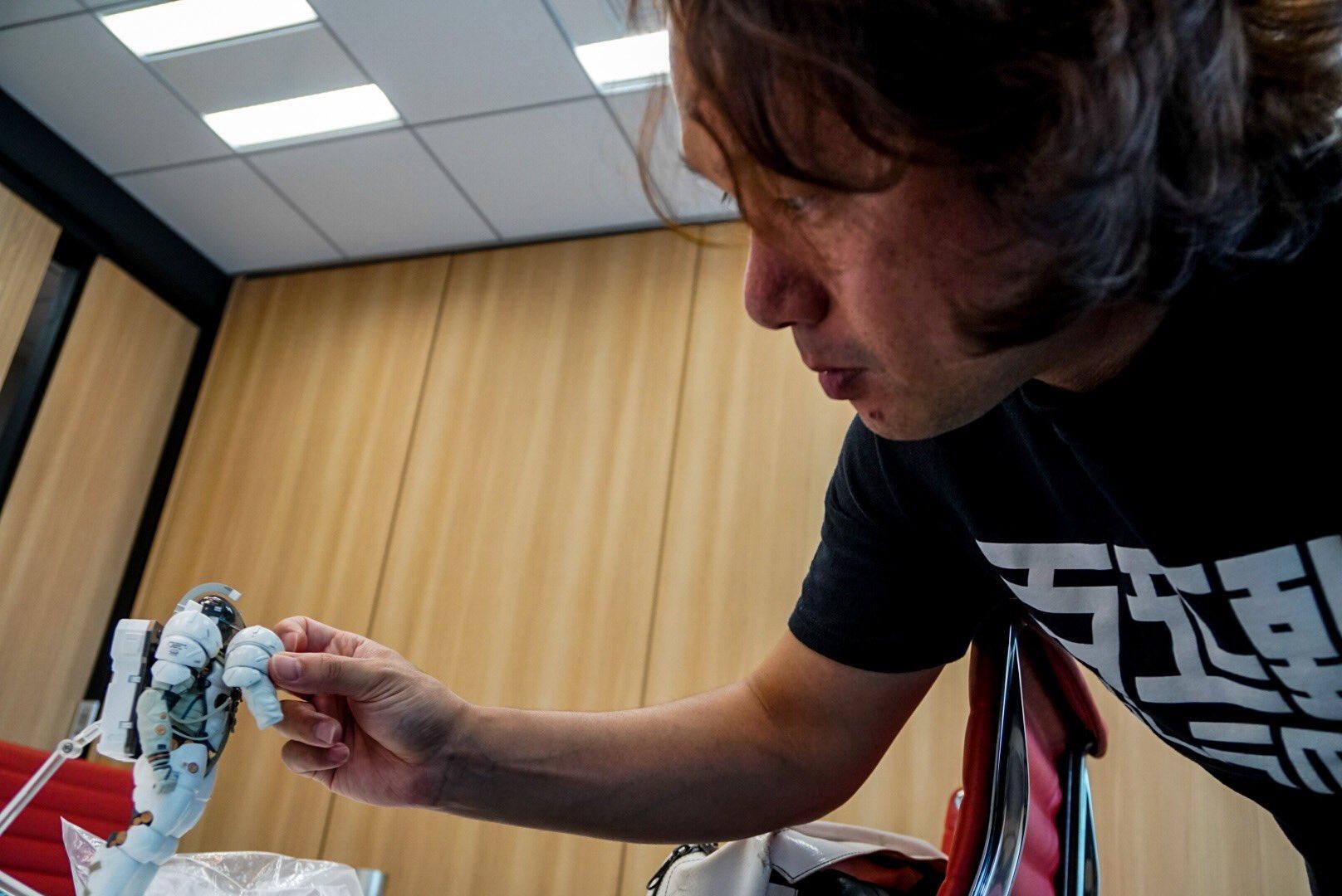 Yoji Shinkawa inspectant la figurine Figma de Ludens, le 25 mai 2017